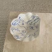 Inspiration de ce lundi 🐚 @jadetunchy   .  #shell #coquillage #inspiration #inspo #art #ceramics #ceramique #videpoche #bowl #paint #peinture #painting #blue #bluepainting #deco #homeinspo #home #interiordecor #interior #interiordesign #marble #marbre #beige #aesthetic #aesthetic #soft #decorationinterieur #tablebasse #interiordecor #interiorstyling #interiør